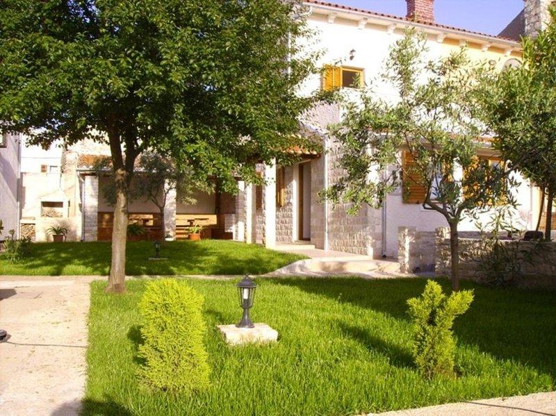 Valtura Holiday Home Sleeps 5 with Air Con - 5778023, vacation rental in Valtura