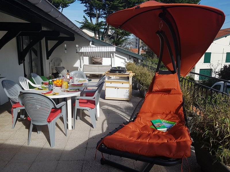 Biarritz F4 (8 pers), terrasse plein sud, tout confort / Penthouse flat (8 peop), holiday rental in Biarritz