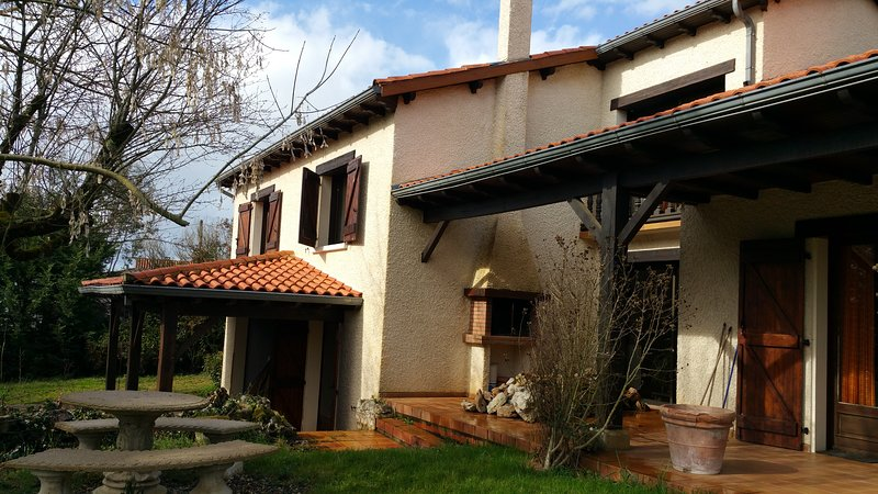 Amazing villa with swimming-pool, holiday rental in Monteils