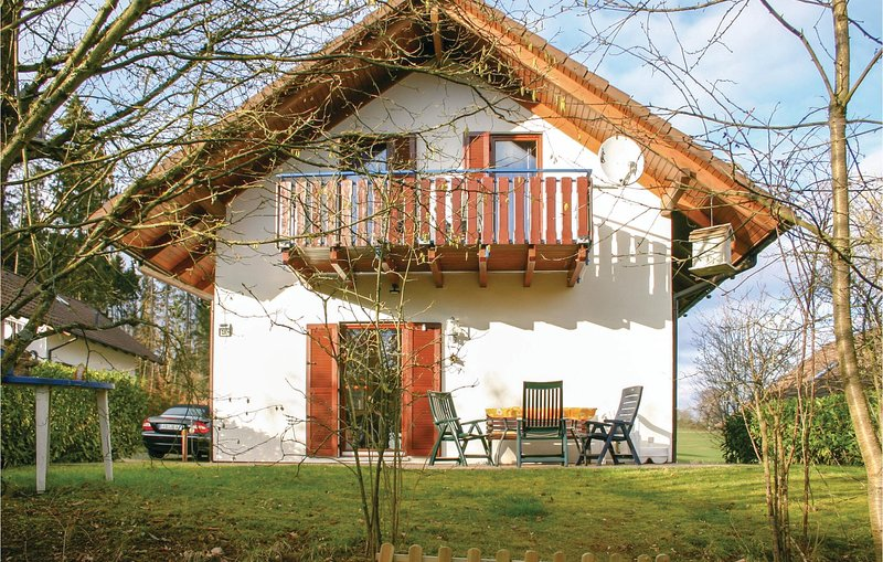 Beautiful home in Kirchheim with WiFi and 4 Bedrooms (DHE193), holiday rental in Schlitz