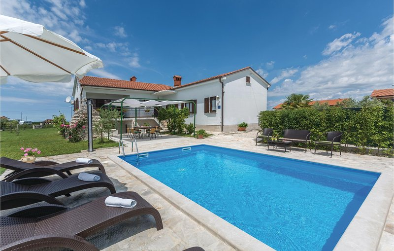 Nice home in Brtonigla with WiFi and 3 Bedrooms (CIU222), holiday rental in Verteneglio