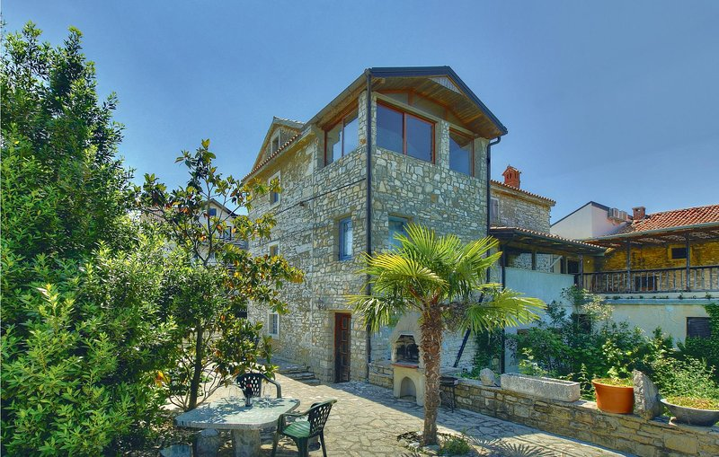 Nice home in Kastel with WiFi and 2 Bedrooms (CIU139), location de vacances à Momjan