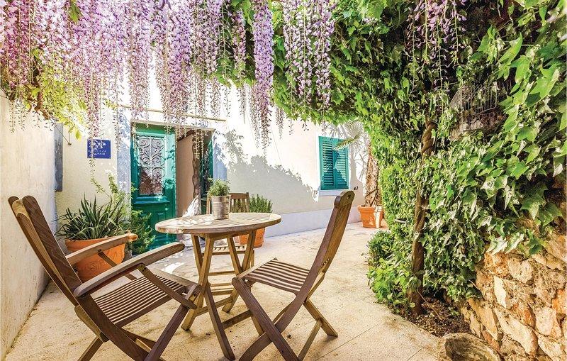 Amazing home in Smrika with WiFi and 3 Bedrooms (CKC927), aluguéis de temporada em Smrika