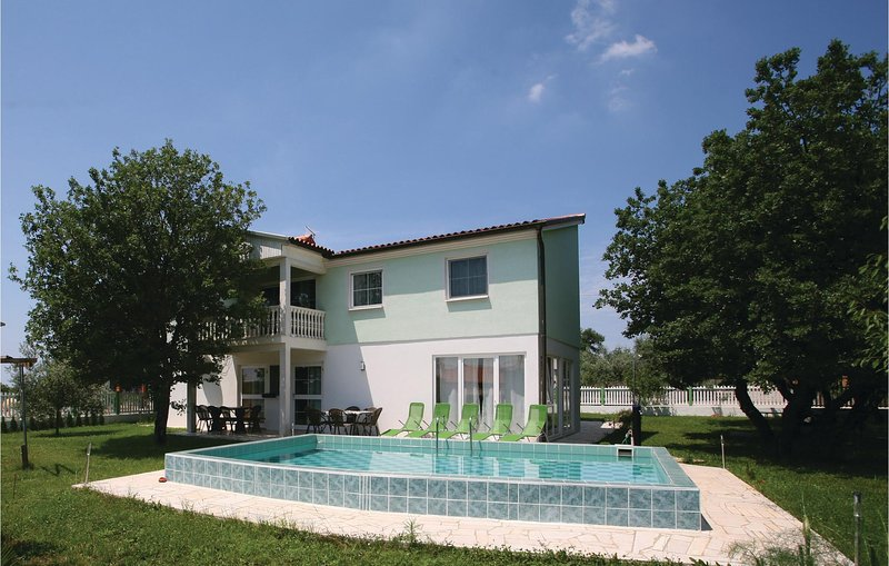 Nice home in Buje with WiFi and 7 Bedrooms (CIU288), location de vacances à Gamboci