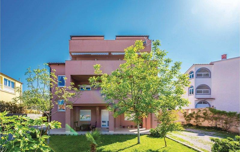 Beautiful home in Novi Vinodolski with WiFi and 2 Bedrooms (CKN357), alquiler de vacaciones en Povile