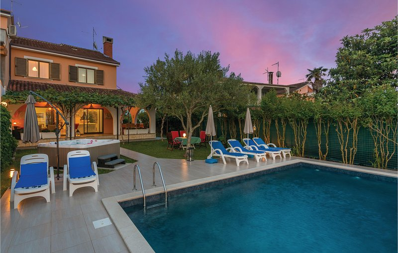 Stunning home in Umag with WiFi, 4 Bedrooms and Jacuzzi (CIU278), location de vacances à Duba