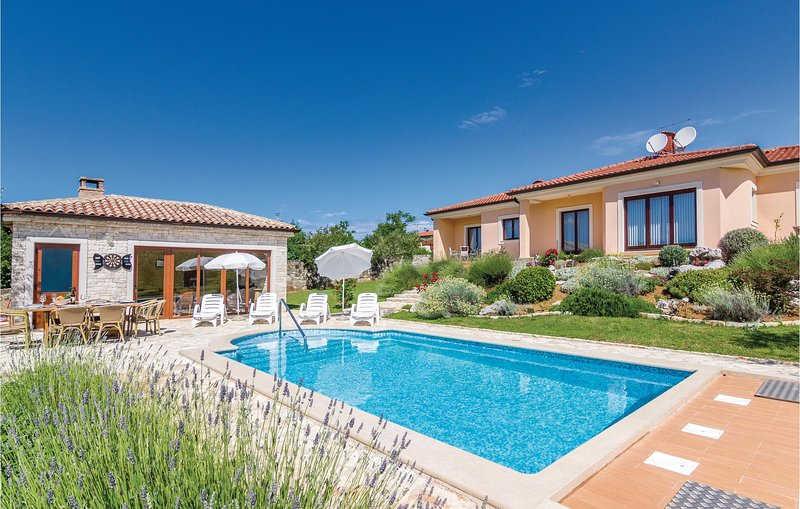 Beautiful home in Buje with WiFi and 4 Bedrooms (CIU291), location de vacances à Momjan