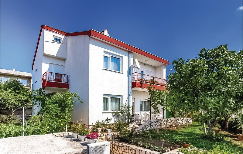 Beautiful home in Novi Vinodolski with WiFi and 4 Bedrooms (CKN401), alquiler de vacaciones en Povile