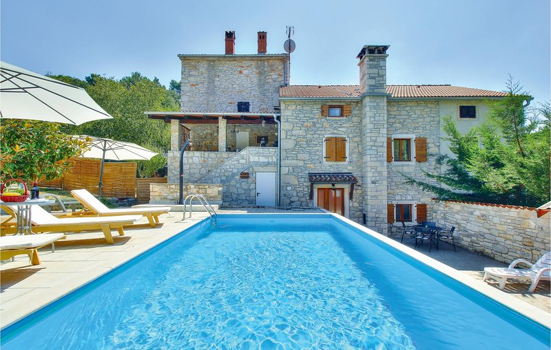 Nice home in Kastel with WiFi and 3 Bedrooms (CIU471), location de vacances à Momjan