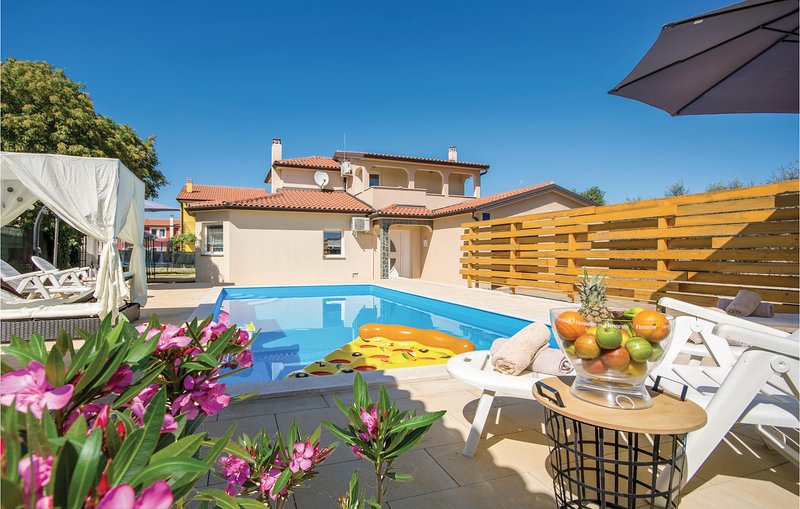 Nice home in Kastel with 4 Bedrooms (CIU470), location de vacances à Momjan