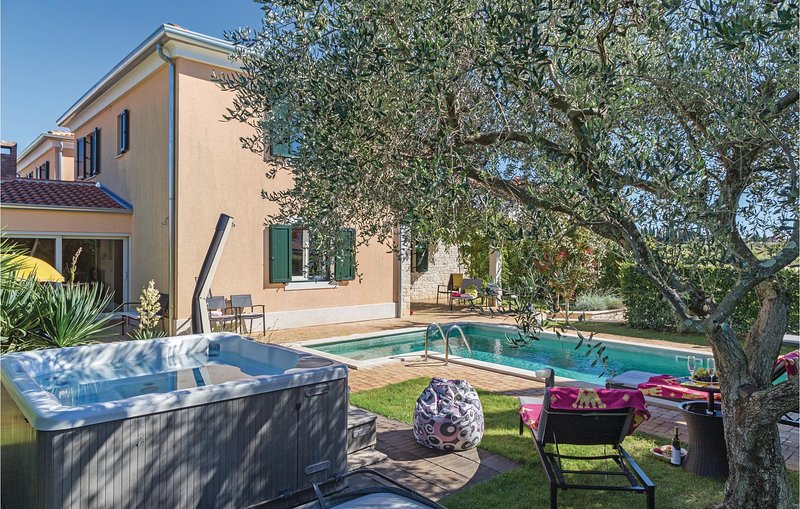 Beautiful home in Strada Contesa with Jacuzzi, WiFi and 3 Bedrooms (CIU525), holiday rental in Novigrad