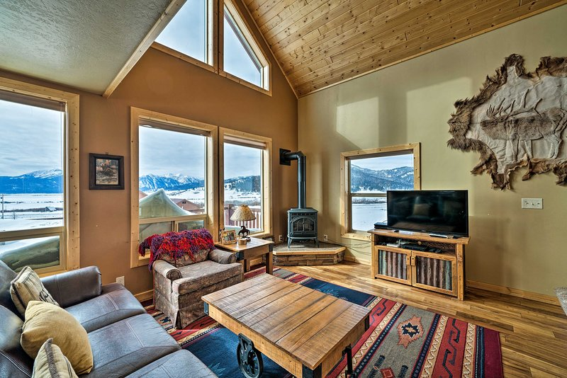 Custom Log Cabin w/ Views - 20 Mi. to Yellowstone!, holiday rental in West Yellowstone