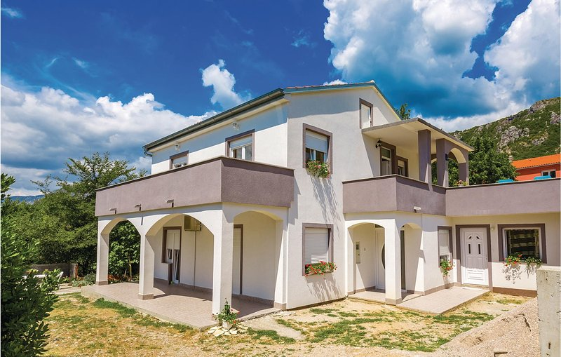Stunning home in Grizane with 3 Bedrooms (CKA014), casa vacanza a Kamenjak