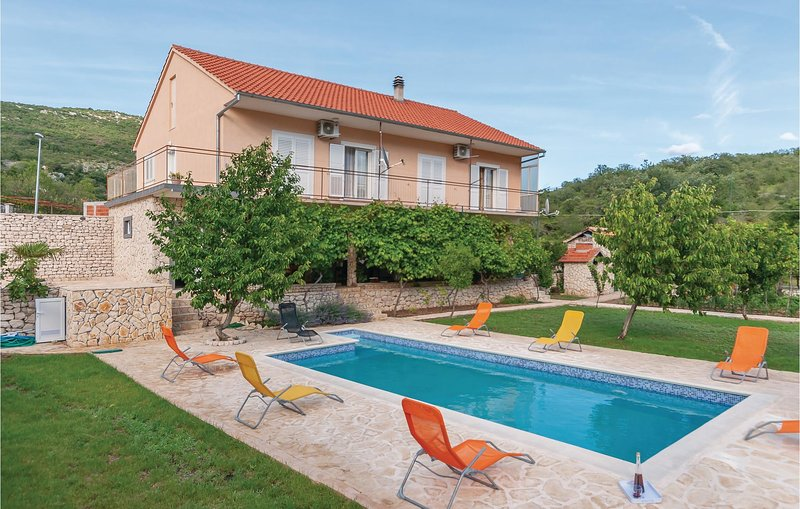 Beautiful home in Slivno with WiFi and 4 Bedrooms (CDJ570), location de vacances à Konjevrate
