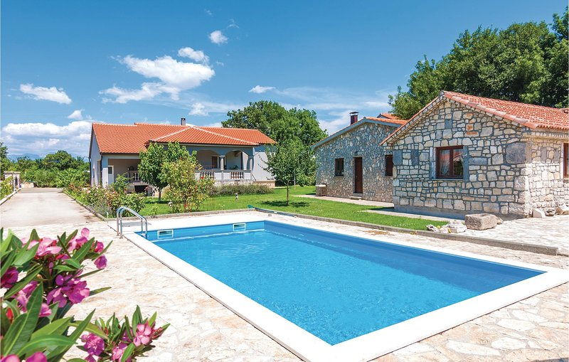 Stunning home in Zadar with WiFi and 3 Bedrooms (CDZ498), holiday rental in Policnik