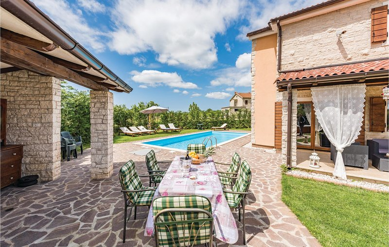 Nice home in Bijazici with Jacuzzi, WiFi and 4 Bedrooms (CIC370), holiday rental in Bibici