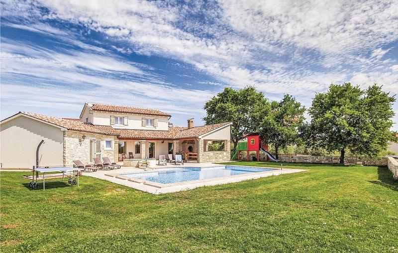 Stunning home in Valtura w/ Jacuzzi, WiFi and 4 Bedrooms (CIC410), location de vacances à Valtura