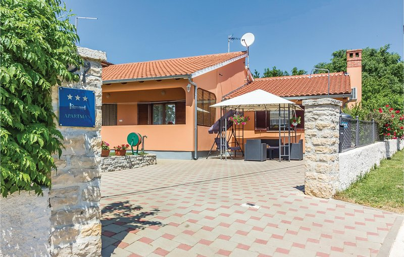 Stunning home in Vodnjan with WiFi and 2 Bedrooms (CIC384), holiday rental in Cabrunici
