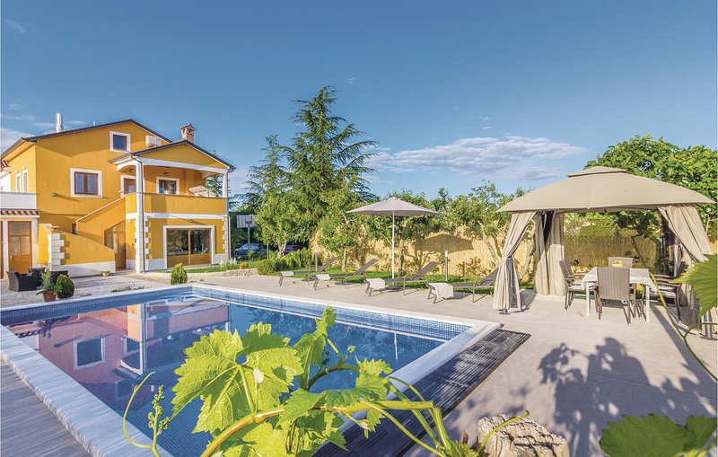 Stunning home in Gracisce with WiFi and 3 Bedrooms (CIC411), holiday rental in Gracisce