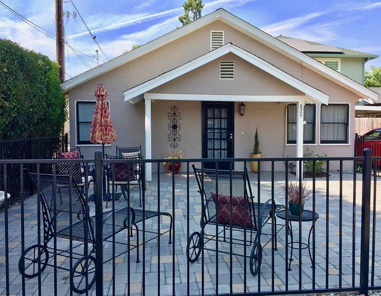 Façade du cottage et patio avant avec vue sur le centre-ville.