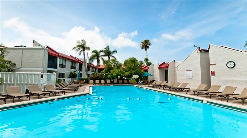Relaxed Old Florida Lifestyle: Apt 162 Runaway Bay, holiday rental in Anna Maria Island