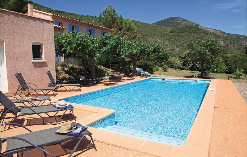 Nice home in Roquebrun with Outdoor swimming pool, WiFi and 4 Bedrooms (FLH314), location de vacances à Berlou