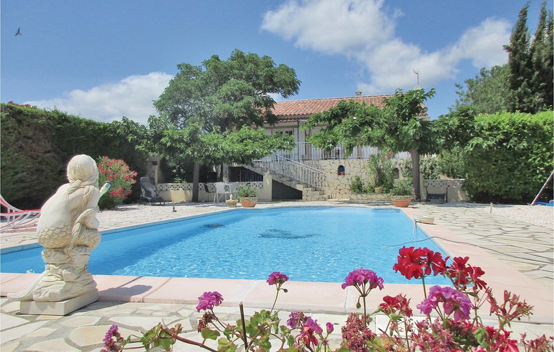 Beautiful home in Creissan with WiFi, Outdoor swimming pool and 3 Bedrooms (FLH3, holiday rental in Cebazan
