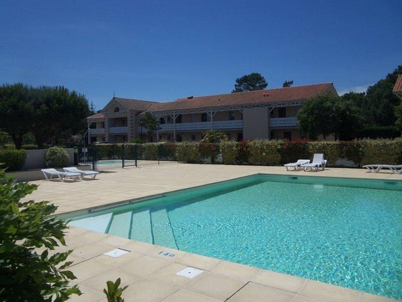 Maison Soulacaise climatisée avec piscine chauffée dans résidence 3 Etoiles, holiday rental in Soulac-sur-Mer