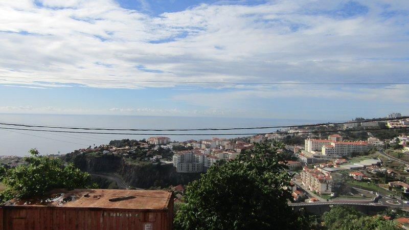 Apartamento Jade - Muito espaçoso em zona muito sossegada, vista mar e cidade,, vacation rental in Camacha