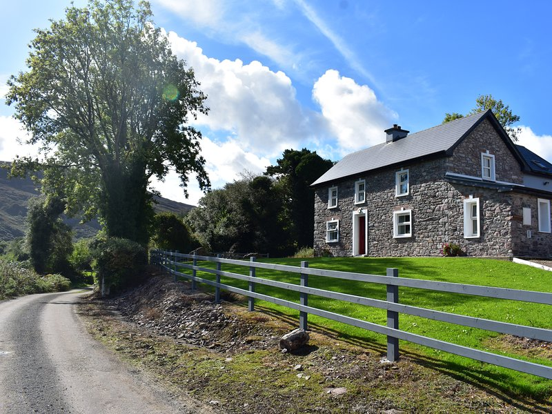 OAK WOOD HOUSE, detached, wonderful views, en-suite, stoves, garden, Kenmare, aluguéis de temporada em Kenmare