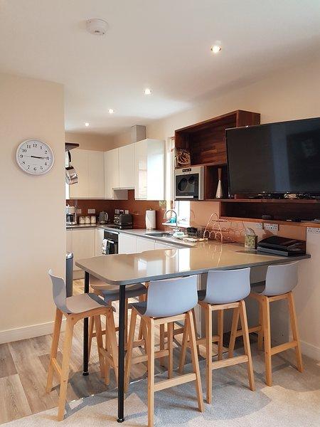 Nuestra luminosa, espaciosa y moderna cocina / comedor.