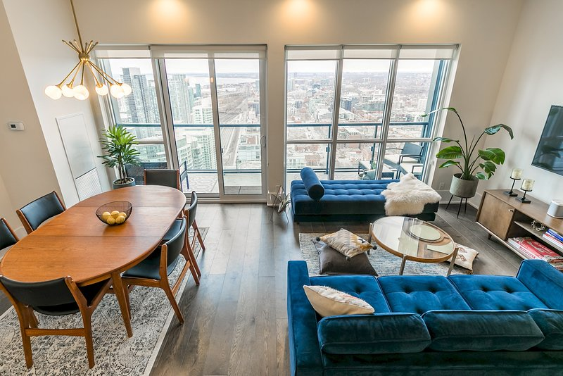 Mid-Century Suite with Majestic Sunset View, vacation rental in Toronto