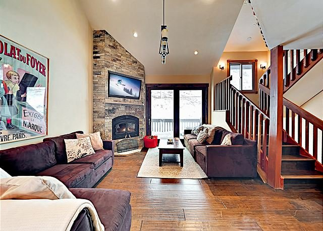 Spacious Townhome with Hot Tub, Adjacent to Gore Creek | 4.5 Miles to Vail, holiday rental in Minturn