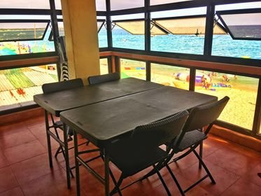 Cubierta de comedor arriba. Viene con sillas y mesas adicionales. Esta imagen es solo para visualización.