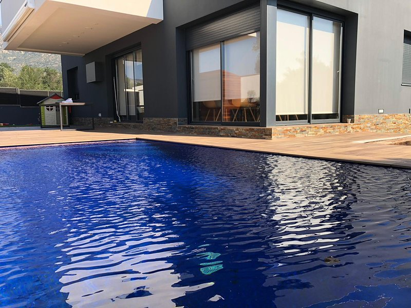 Villa de alto standing en zona tranquila con piscina privada y jardín de 150 m2, aluguéis de temporada em Pau