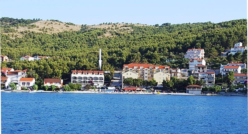 Comfortable apt 10m from lively beach, restaurant & beach bar, 4km from Trogir, holiday rental in Arbanija