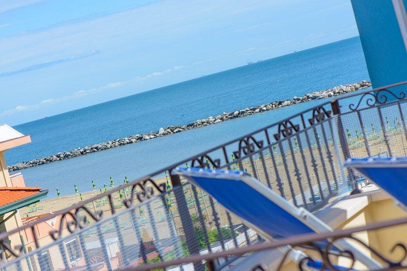 RIMINI/VISERBA, Bilocale con ampia terrazza solarium, panoramica sul mare., vacation rental in Rimini