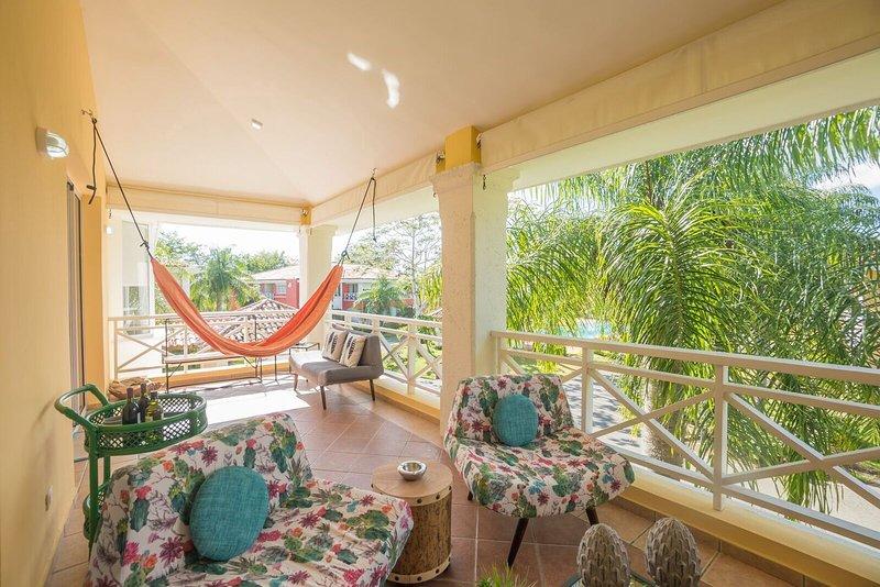 Guavaberry Elegant 3 Bedroom Pool Apartment ✔️, aluguéis de temporada em Juan Dolio