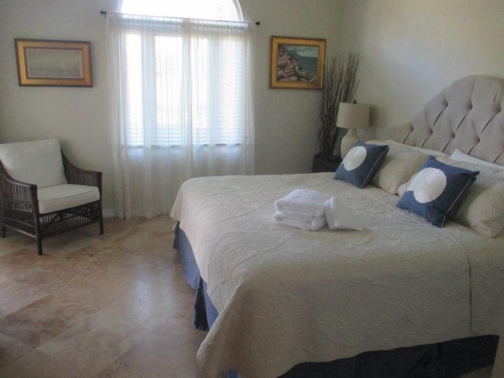 Beautiful 2 bedroom 2 in-suite bath condo, ground floor overlooking golf course, holiday rental in Indian River Shores