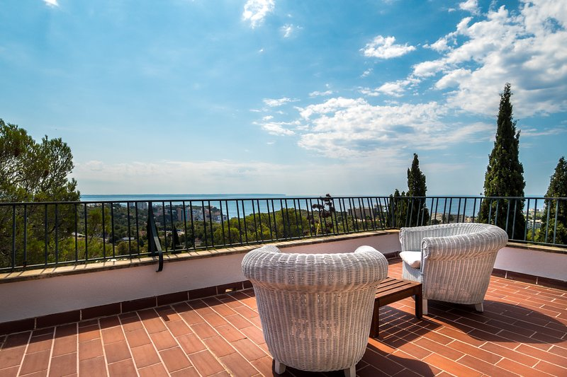 Pleasant villa with breathtaking sea-view at the back of Palma centre, holiday rental in Portals Nous