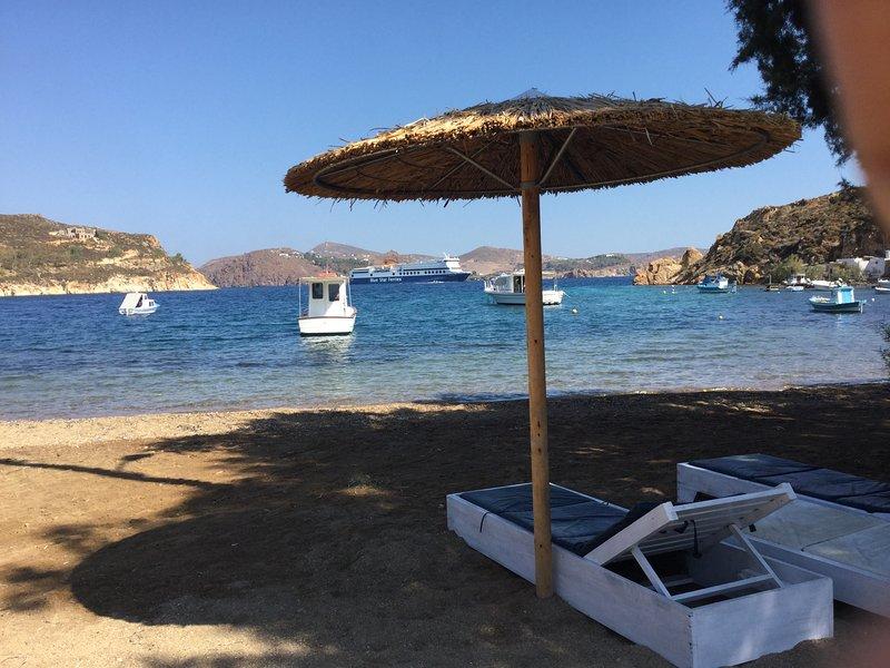 Beach front stone house, casa vacanza a Grikos