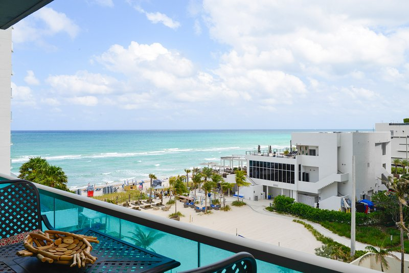 BEAUTIFUL REMODELED OCEANFRONT 2BEDR/2 BATH CONDO, holiday rental in Hallandale Beach