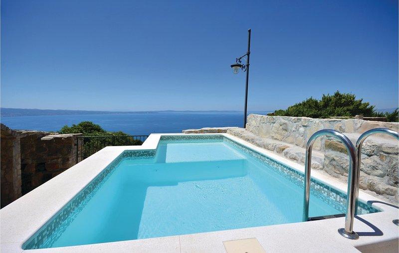 Beautiful home in Podstrana with WiFi and 3 Bedrooms (CDE933), alquiler de vacaciones en Jesenice