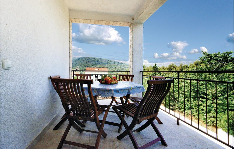 Nice home in Stari Grad with WiFi and 4 Bedrooms (CDH288), holiday rental in Rudina