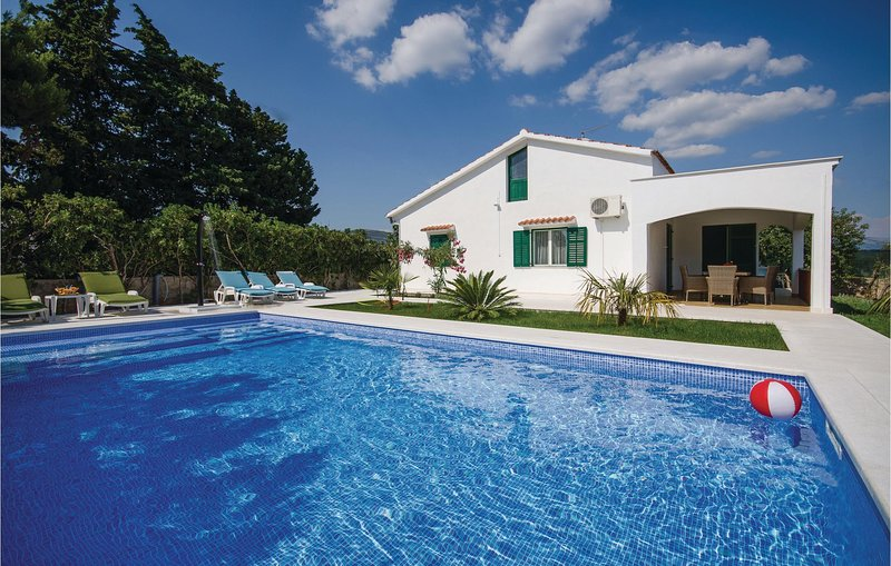 Awesome home in Kastel Stafilic with WiFi and 2 Bedrooms (CDE886), casa vacanza a Plano