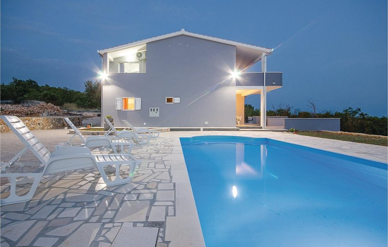 Stunning home in BLizna Donja with WiFi and 4 Bedrooms (CDE892), alquiler vacacional en Gustirna