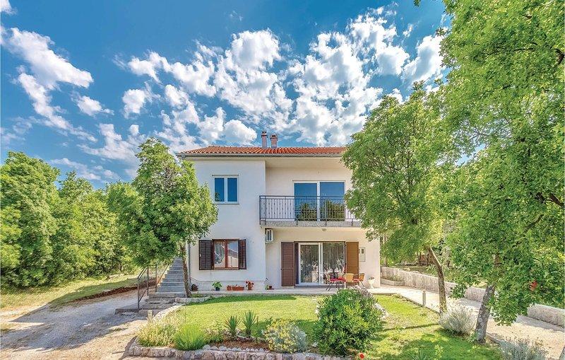 Beautiful home in Smrika with WiFi and 3 Bedrooms (CKA122), aluguéis de temporada em Smrika