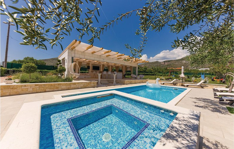Beautiful home in Seget Donji with Jacuzzi, WiFi and 3 Bedrooms (CDF090), location de vacances à Gornji Seget