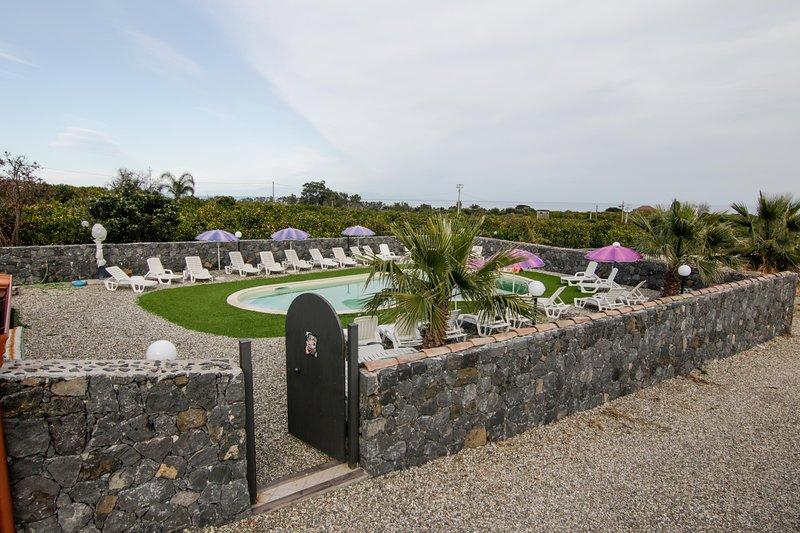 IL RUSTICO POZZILLO CASALE CON PISCINA  PER 15 PERSONE VICINO TAORMINA, vacation rental in Carruba