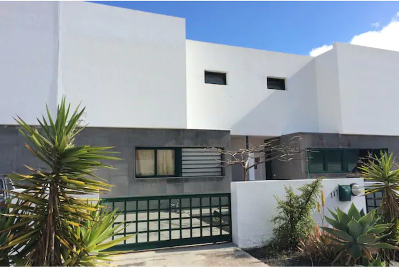 Rear facade of the house, located in a very quiet neighborhood. Private access to parking.